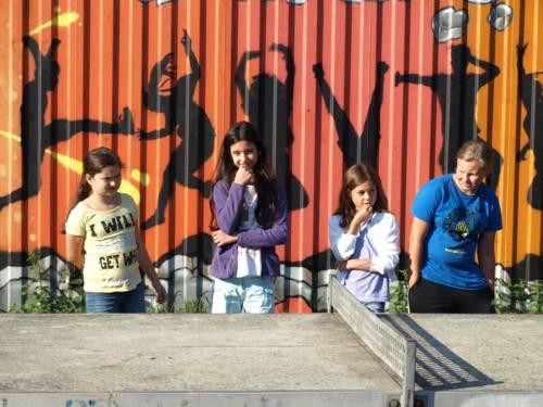 Vier Mädchen neben einer Tischtennisplatte