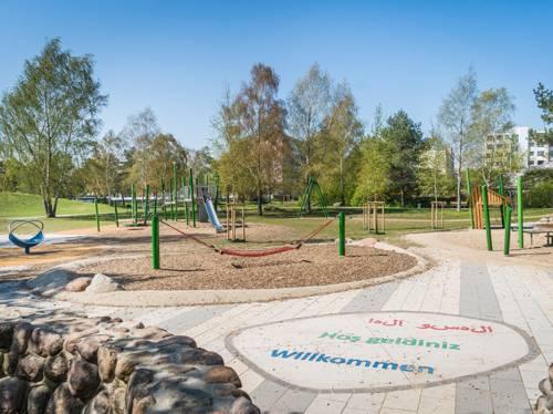 Ein Stadtteilpark mit Spielgeräten.