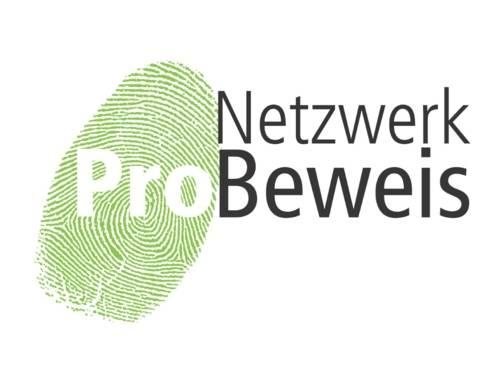 """Das Logo von Netzwerk ProBeweis zeigt einen grünen Fingerabdruck auf weißem Grund und daneben den Schriftzug """"Netzwerk ProBeweis"""""""
