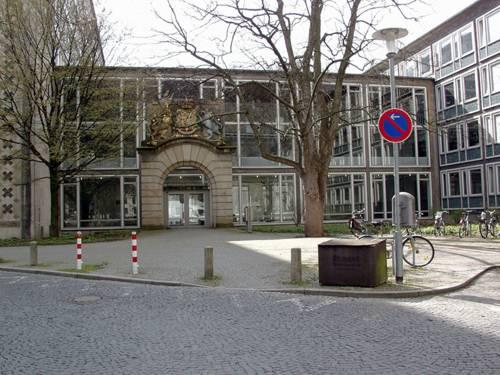 Eingang zur Bauverwaltung am Rudolf-Hillebrecht-Platz
