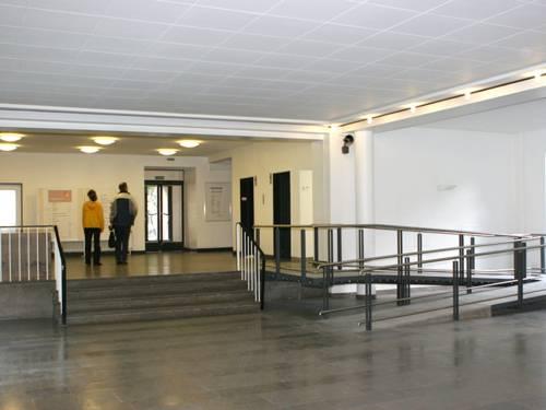 Zwei Besucher in der Eingangshalle der Bauverwaltung