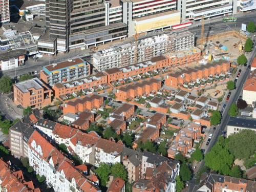 Das Gilde-Carree in Linden von oben: Altbauten und neue Reihenhäuser am Fuße des Ihme-Zentrums