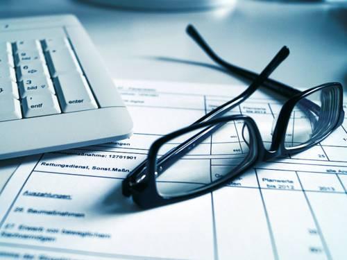 Ausdruck einer Haushaltsplanung liegt an Tastatur