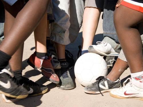 Jugendliche beim Kicken