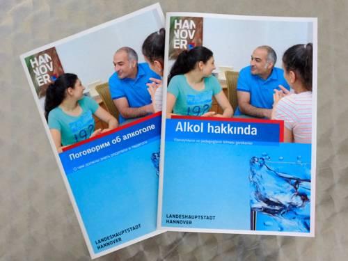 """Titelseiten der Broschüre """"Über Alkohol reden"""" auf Russisch und Türkisch"""