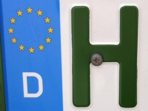 Nahaufnahme vom Buchstaben H und blauem Europa-Zeichen auf einem KFZ-Nummernschild