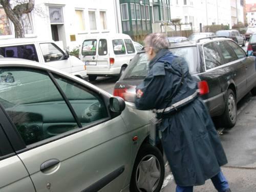 Politesse kontrolliert die Fahrzeuge in einer regennaßen Straße