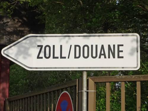 Ein Schild mit der Aufschrift Zoll/Douane
