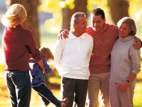 Eine Familie bei einem Spaziergang