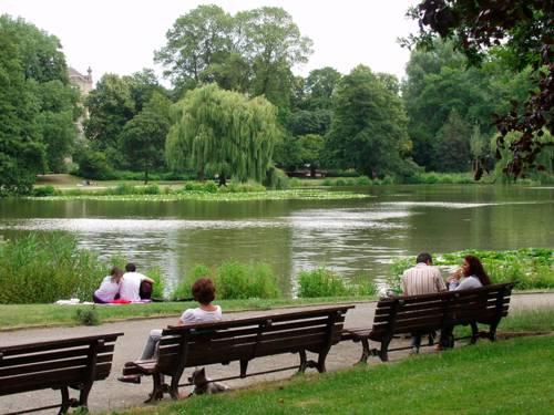 Blick auf den künstlichen Teich im Maschpark
