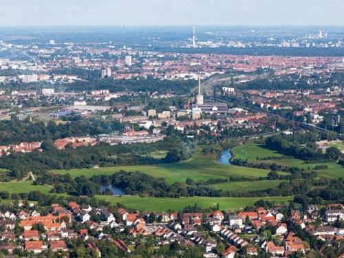 Luftbild Hannovers, das die zahlreichen grünen Einsprengsel in der Besiedelung zeigt