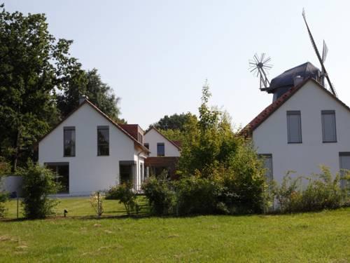 Zwei Häuser mit Garten