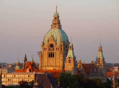 Rathaus von Waterloosäule bei Sonnenuntergang