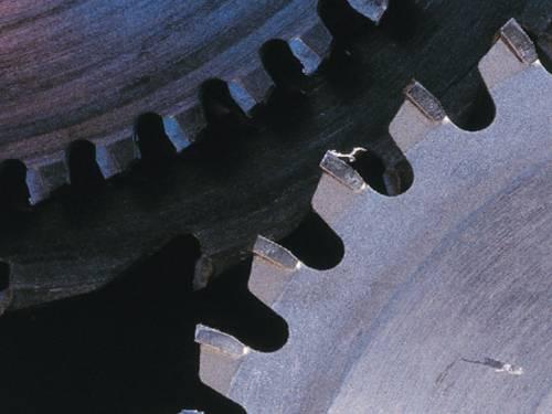 Zwei Zahnräder greifen passgenau ineinander