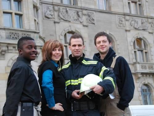 Vier städtische Auszubildende vor dem Rathaus