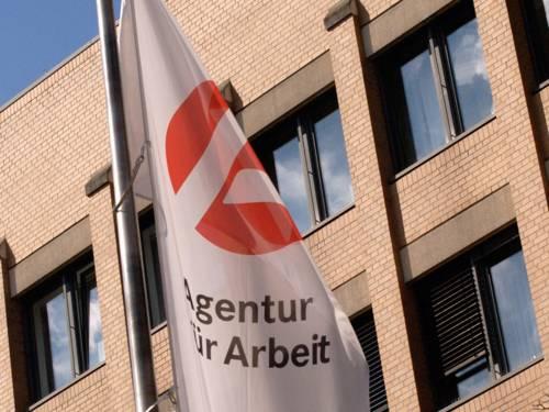 Fahne der Agentur für Arbeit vor Gebäude
