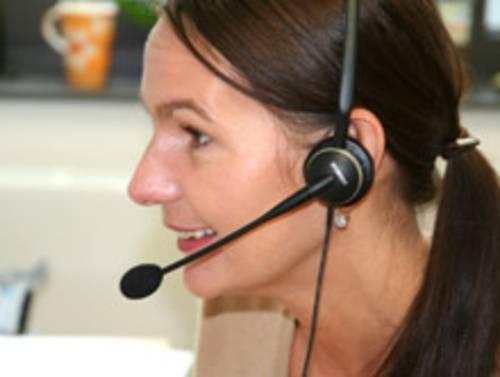 Arbeitnehmerin mit Headset