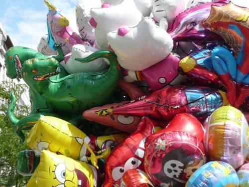 Ein Strauß bunter Luftballons