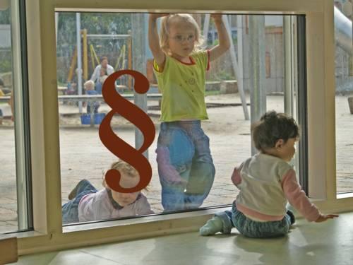 Kinder in einer Kindertagesstätte - davor ein Paragraphen-Zeichen als Symbol für Gesetze und Richtlinien.