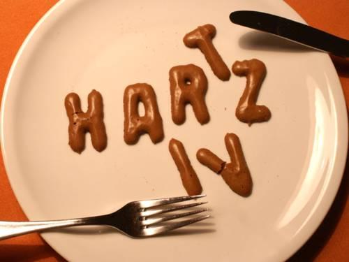 Schriftzug Hartz IV auf einem Teller