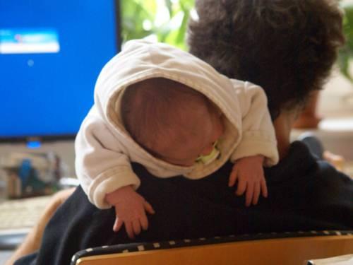 Vater und Baby vor PC