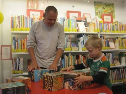 Vater und Sohn Rallye in der Nordstadtbibliothek