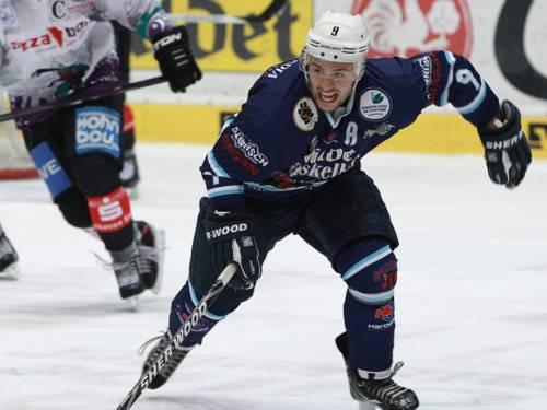 Ein Eishockey-Spieler beim Angriff.