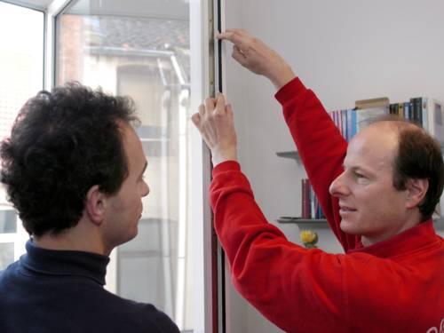 Zwei Männer an offenem Fenster