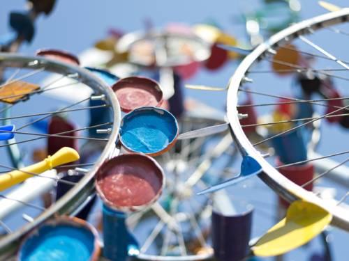 Skultpur aus Fahrradreifen und bunten Kleinteilen.