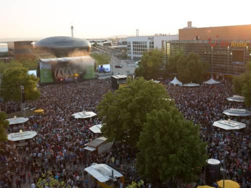 Konzertgelände voller Menschen.
