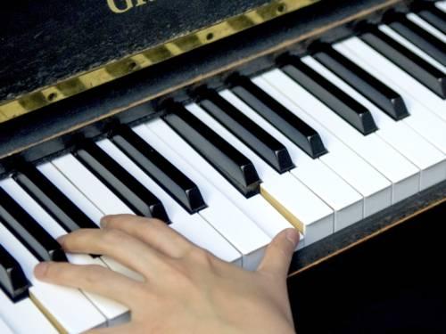 Foto: Hände auf einem Klavier