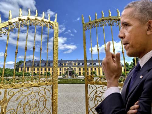 Mann vor goldenem Tor vor historischem Gebäude