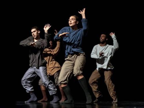 Vier Tänzer auf der Bühne.