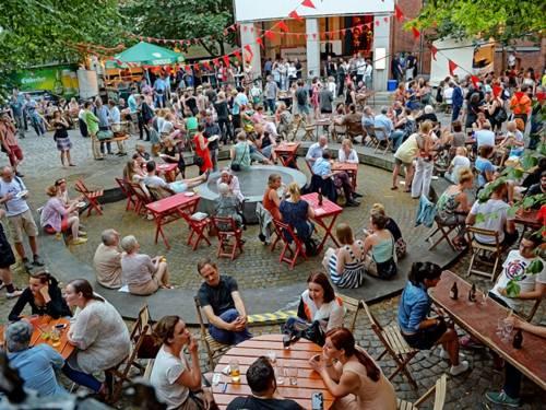 Viele Menschen auf einem öffentlichen Platz.