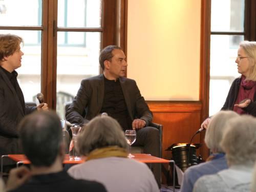 Die Literaturexperten diskutieren auf der Bühne.