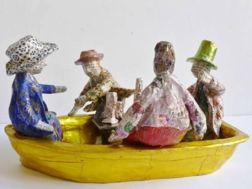 Pappmache-Figuren in einem Boot