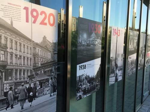 Fensterfront mit Plakaten
