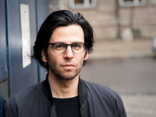 Man mit längerem Haar und Brille