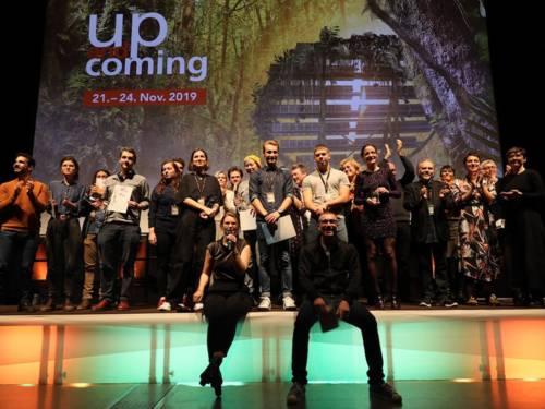 Gruppe von Menschen auf einer Bühne