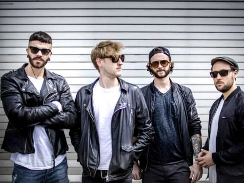 Vier Männer mit Sonnenbrillen