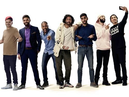 Sieben Männer in einer Reihe in unterschiedlichen Posen