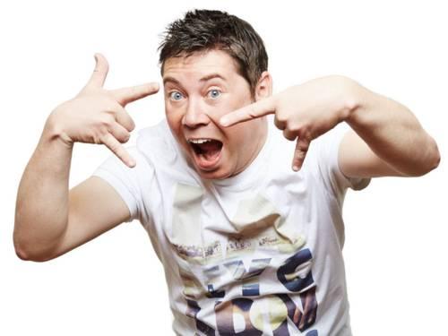 """Mann mit weit geöffnetem Mund zeigt mit beiden Händen die """"Pommesgabel"""" der Heavy-Metal-Fans"""