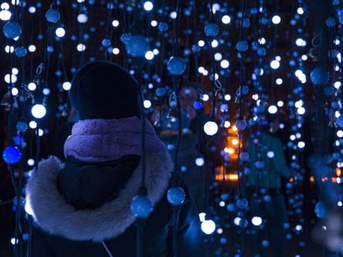 Ein Weihnachtsmannhandschuh hängt inmitten von Glockenschnüren.