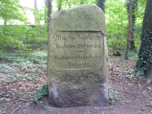 Rechteckiger Stein mit Inschrift