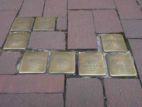 Quadratische beschriftete ins Straßenpflaster eingelassene Steine