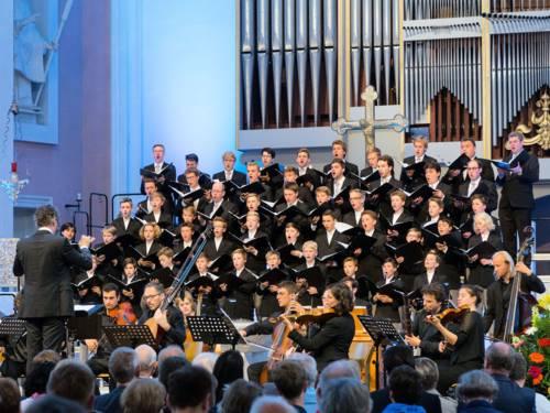 Knabenchor mit Orchestermusikern bei einem Konzert in einer Kirche
