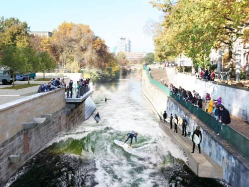 Grafik, die Surfer in einem Fluss auf künstlich erzeugter Welle zeigt.