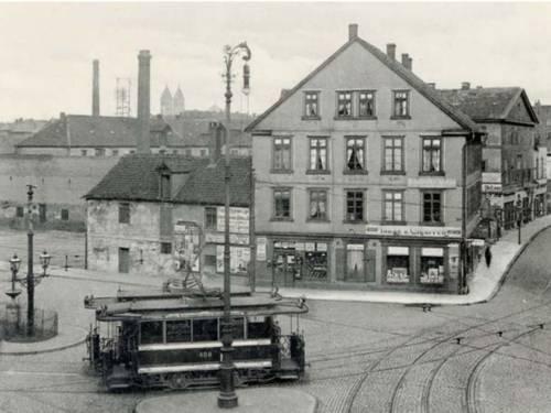 Historisches Foto: Straßenbahn auf einem städtischen Platz
