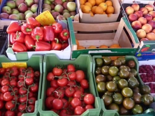 Obst und Gemüse an einem Marktstand.