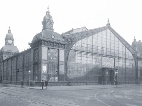 Schwarzweiß-Foto einer großen Halle.
